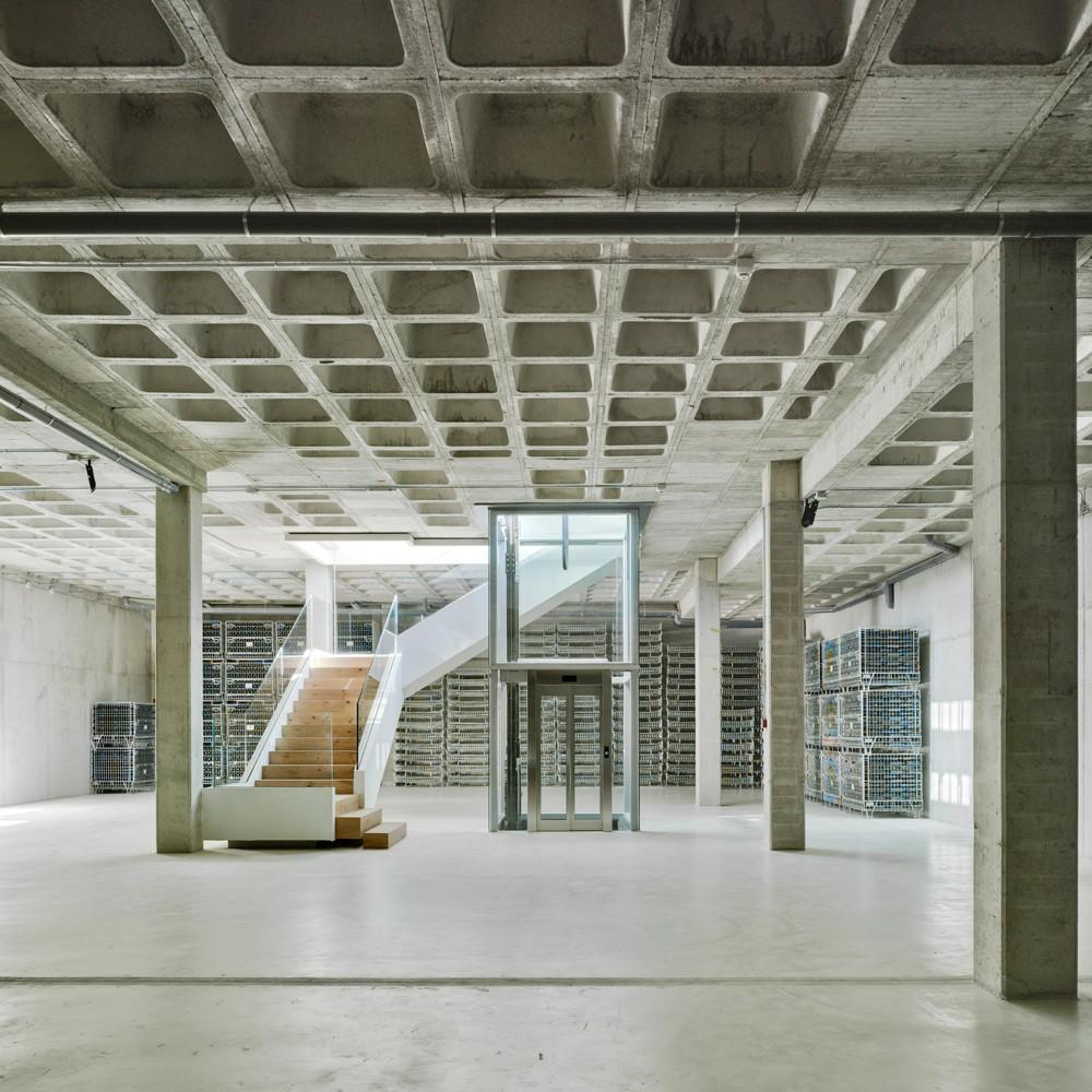 arquitectura-murcia-barricas-dormitorio-botellas-vino-jumilla-casa-rojo-enologia-creativa-02