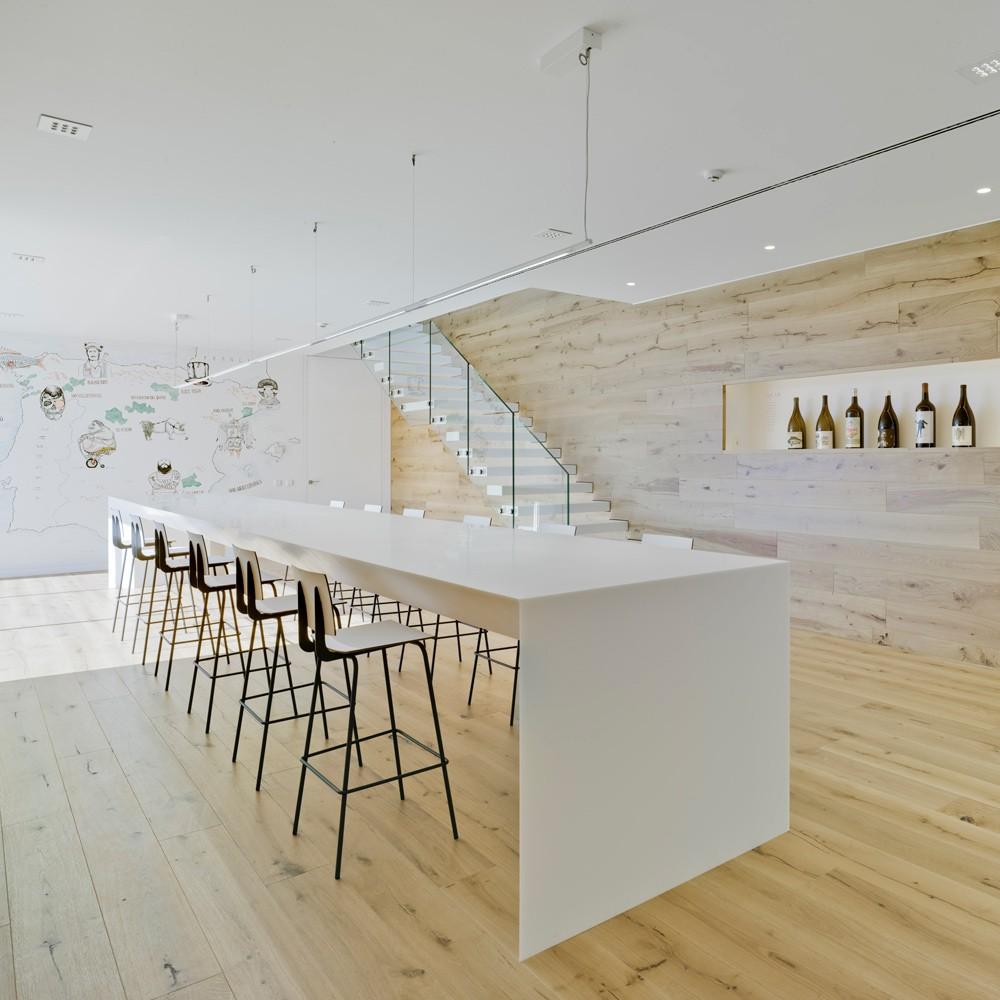 arquitectura-murcia-barricas-dormitorio-botellas-vino-jumilla-casa-rojo-enologia-creativa-03