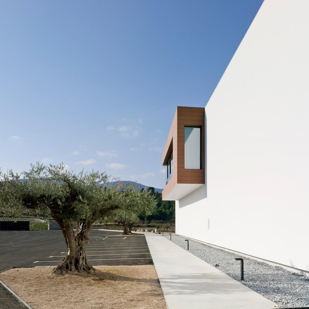 arquitectura-murcia-bodega-moderna-casa-rojo-enologia-creativa-fachada-02