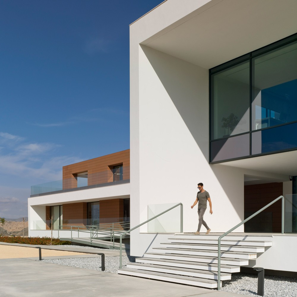 arquitectura-murcia-bodega-moderna-casa-rojo-enologia-creativa-fachada-03
