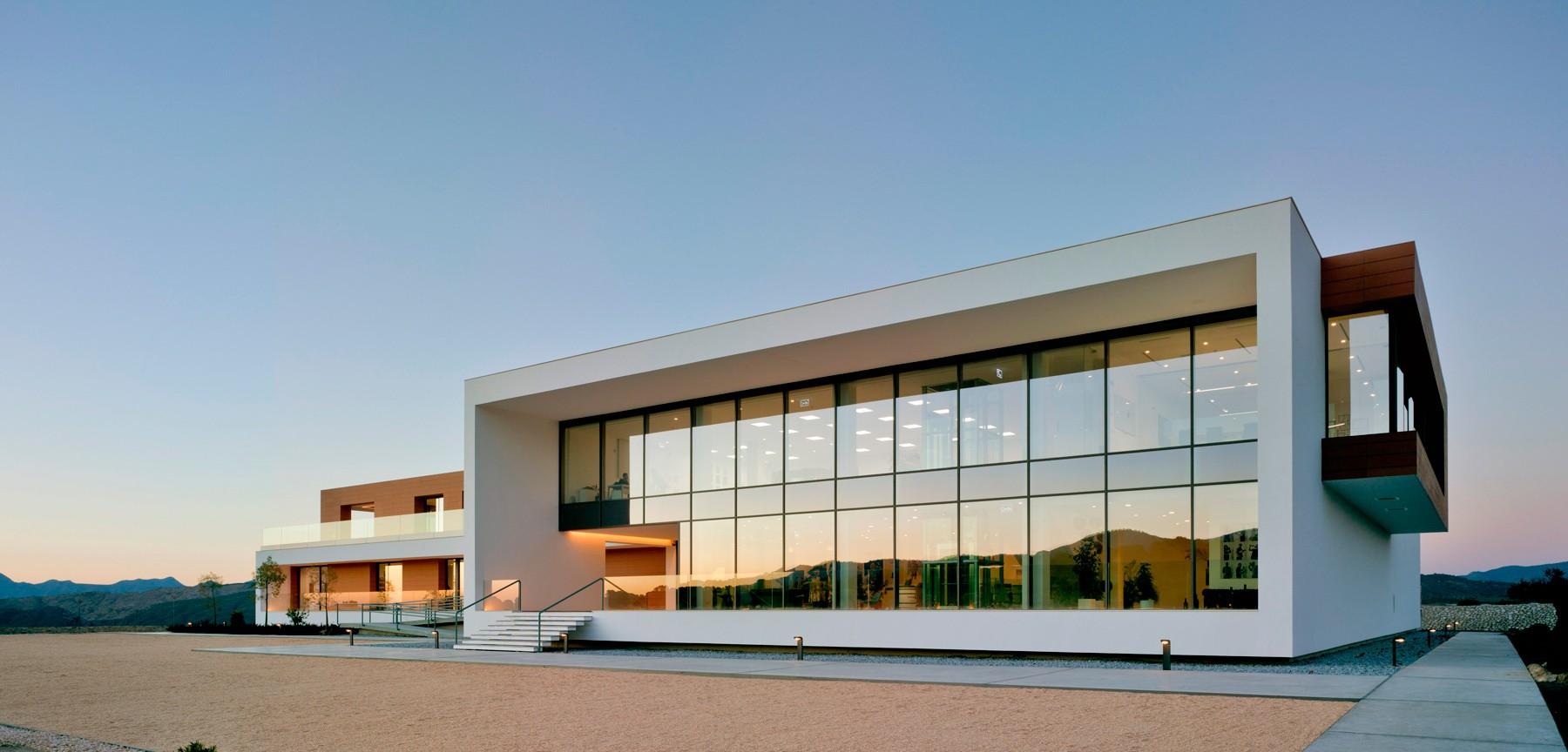 arquitectura-murcia-bodega-moderna-casa-rojo-enologia-creativa-fachada