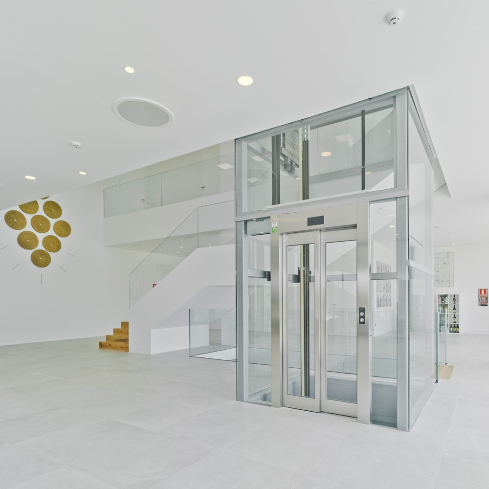 arquitectura-murcia-escalera-madera-ascensor-panoramico-bodega-casa-rojo