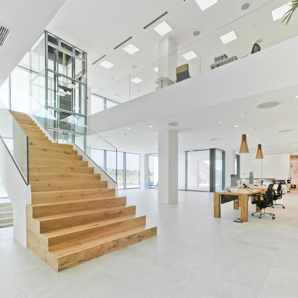 arquitectura-murcia-escalera-madera-ascensor-panoramico-suelo-cementoso-bodega-casa-rojo-acceso